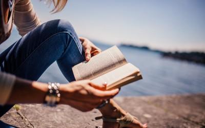 5 libros que tienes que leer acompañado con una copa de vino
